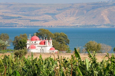 Foto řecký ortodoxní kostel na břehu jezera